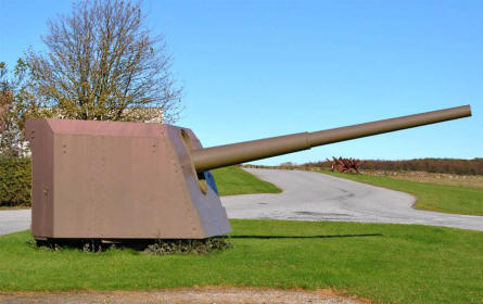 A 150 mm gun displayed at the entrance to the Langeland Fortress.