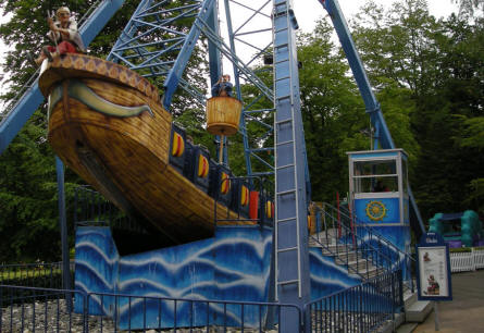A swinging Pirate ship at Tivoli Friheden.
