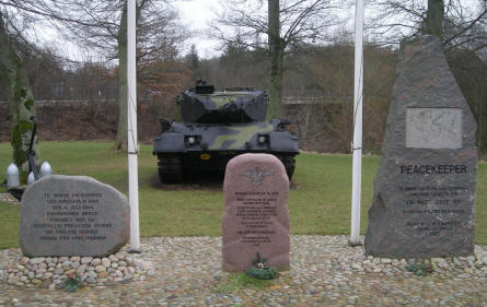 The memorial stone at the Danish Soldiers Memorial at Rindsholm Inn. In the background a Leopard tank.
