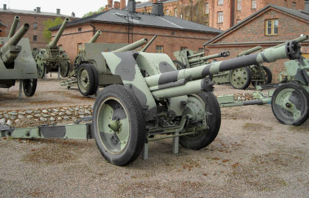 Some of the many field canons displayed at the out-door exhibition at the Artillery Museum at Hämeenlinna.