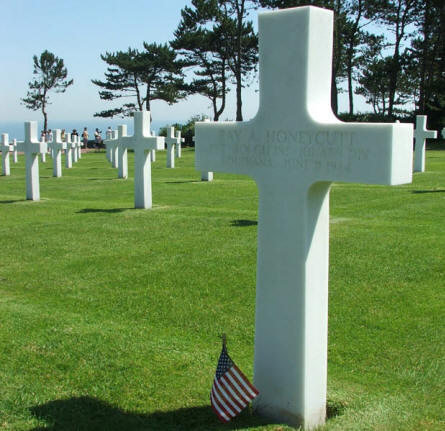 The white marble crossed at the Normandy American Cemetery at Colleville-sur-Mer are arrange in straight lines.