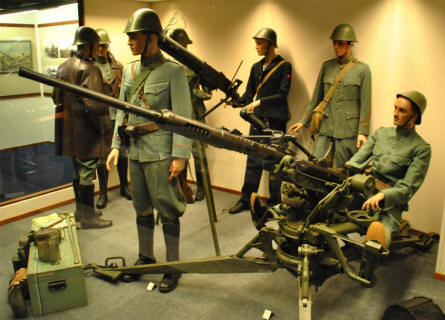 Dutch World War II soldiers and anti-aircraft gun displayed at the Soesterberg Aviation Museum.