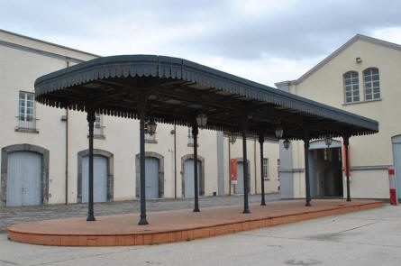 A vintage railway platform has been restored and is now displayed as a part of the Pietrarsa National Railway Museum in Napoli.