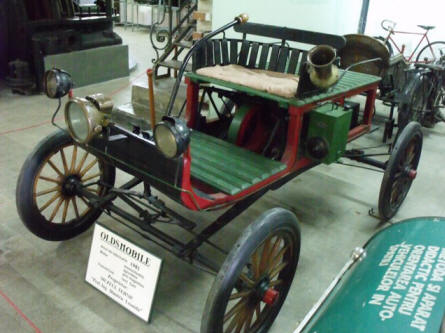 A 1901 Oldsmobile displayed at the Technical Museum Dimitrie Leonida in Bucharest.